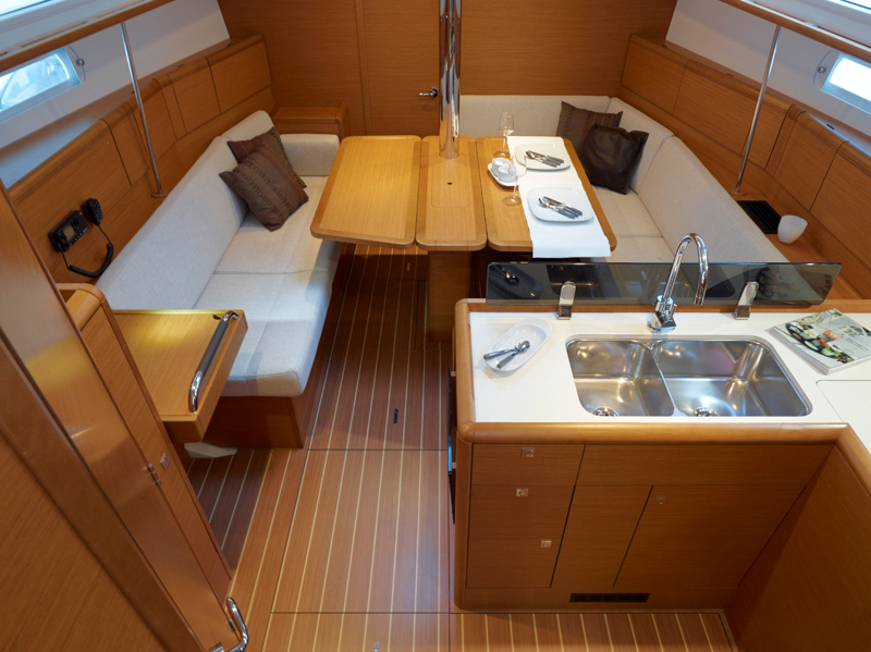 Jeanneau sun odyssey 379 for sale with blackrock yachting for Decoracion barcos interiores